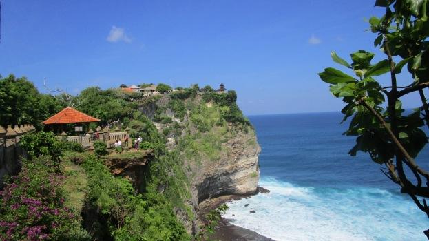 Vistas de los acantilados del templo Pura Luhur Uluwatu, Bali, Indonesia.