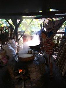 Humilde trabajador indonesio en su fábrica de azúcar y caramelo.