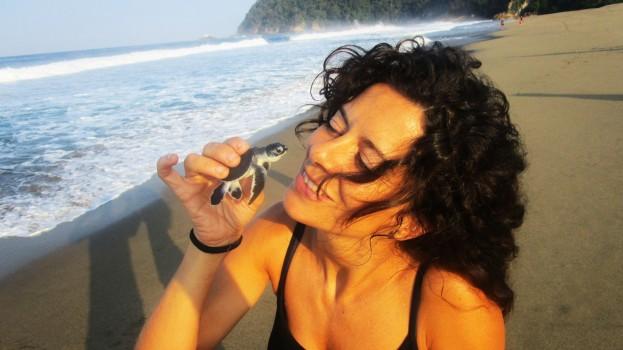 Rebecca con una tortuguita antes de liberarla.