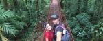 Puente colgante rojo en Costa Rica.